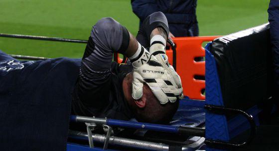 Valdés na maca depois de se machucar.