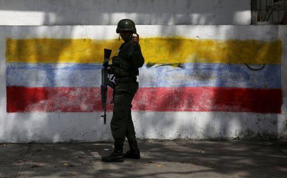 Um militar em um colégio eleitoral de Caracas.