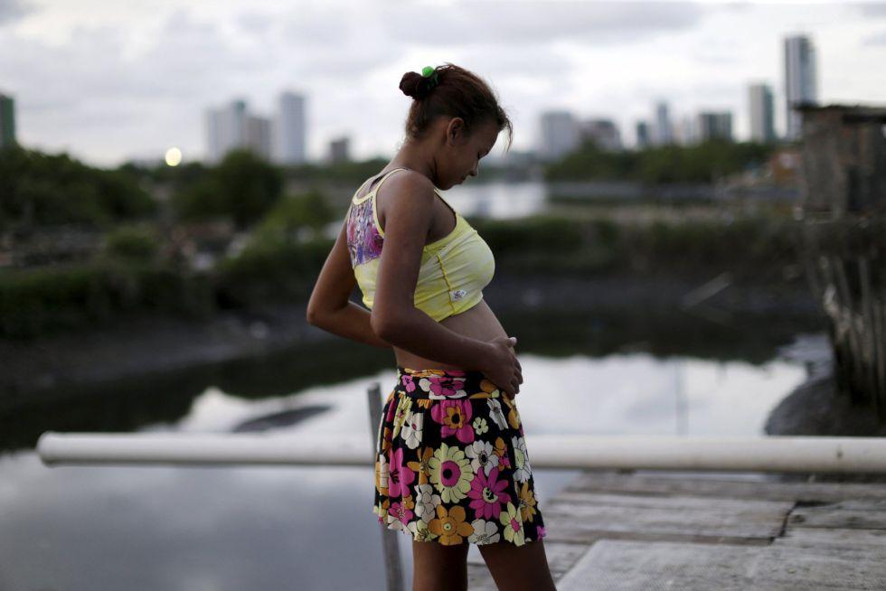 Mulher grávida em uma favela de Recife.