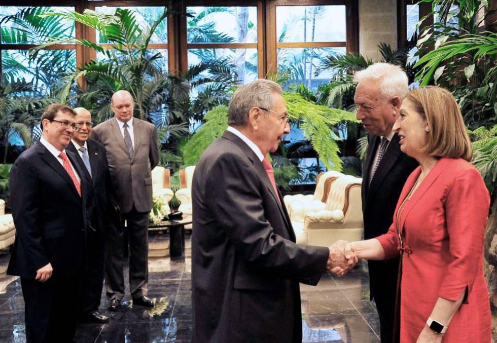O presidente de Cuba, Raul Castro, recebe os ministros espanhóis José Manuel García Margallo e Ana Pastor em abril deste ano