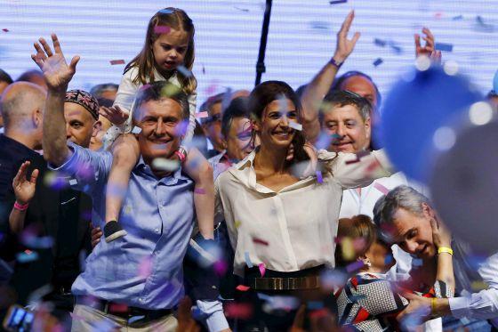 Mauricio Macri, com sua filha Antonia sobre seus ombros e sua esposa, Juliana Awada, celebram sua vitória no segundo turno das eleições da Argentina no último domingo, em Buenos Aires.