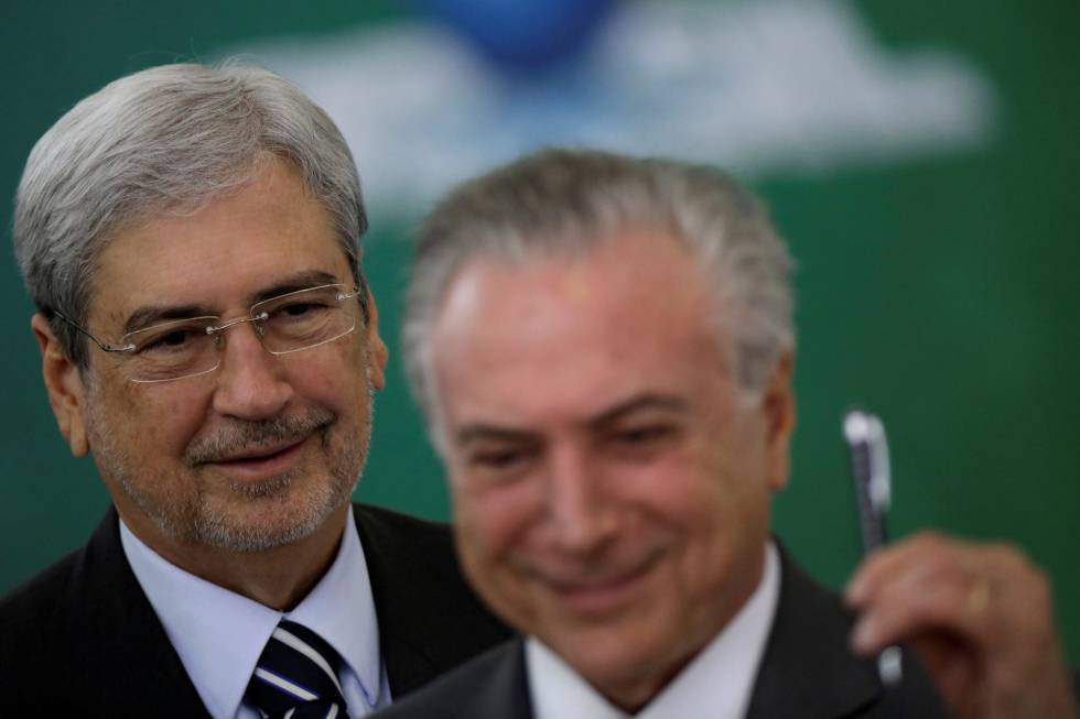 O ministro Antonio Imbassahy (PSDB) ao lado do presidente Michel Temer.