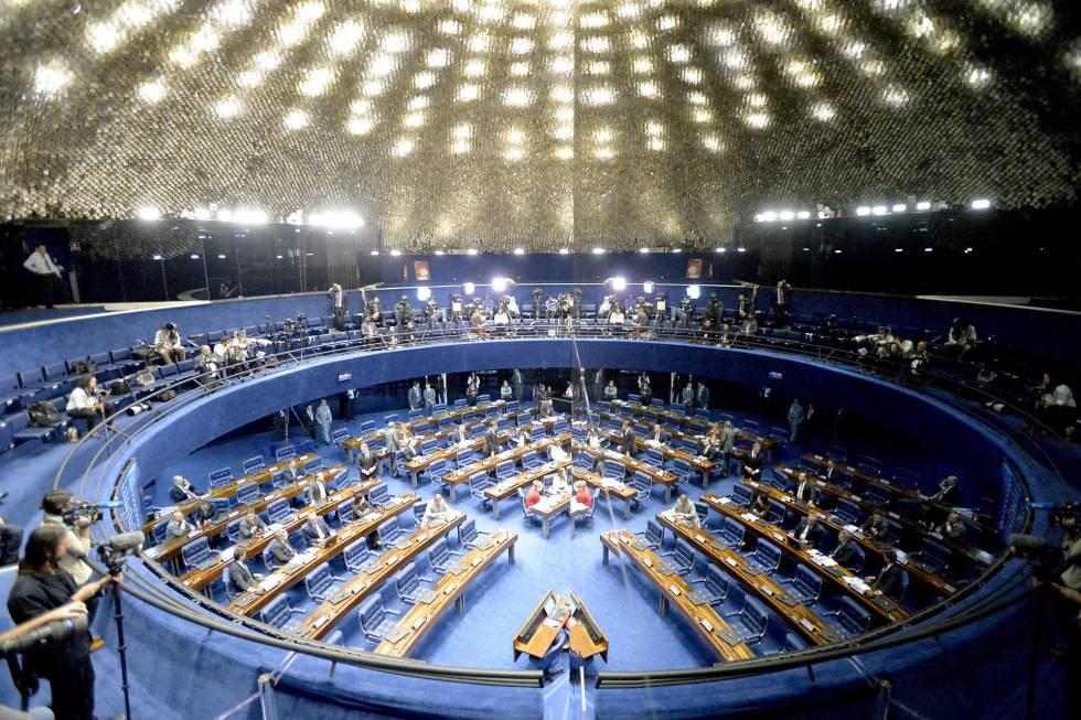 O plenário do Senado refletido em um espelho, às 15h50 deste sábado. Mais jornalistas que senadores.