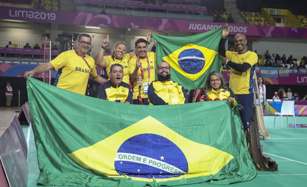Equipe de bocha do Brasil comemora a medalha de ouro em Lima.