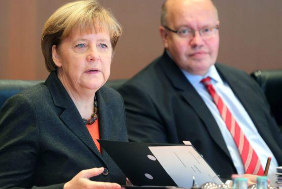 Merkel, junto ao ministro de Chancelaria, Peter Altmaier, em uma conferência em novembro de 2014.