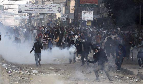 Manifestantes islâmicos lançam pedras e outros objetos contra os policiais anti-distúrbios durante confrontos no Cairo (Egito).