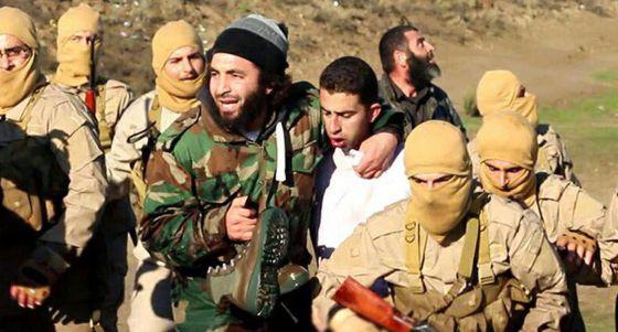 Imagem do piloto capturado por milicianos difundida pelo EI.