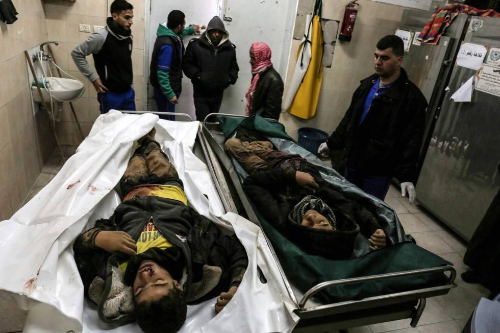 Familiares dos dois adolescentes mortos em Gaza, diante de seus restos no instituto médico legal de um hospital de Rafah.
