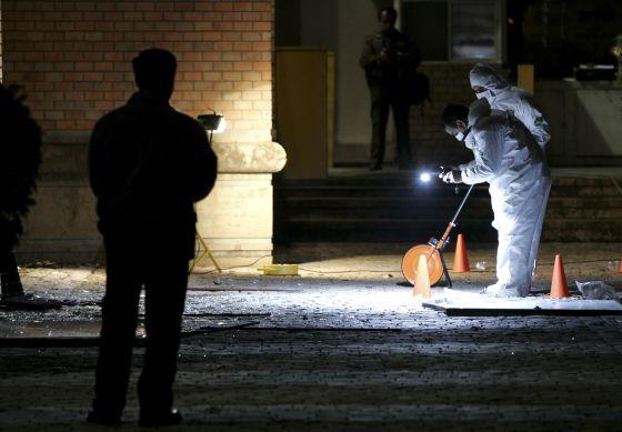 Busca de provas após o ataque à embaixada britânica, em 2007.