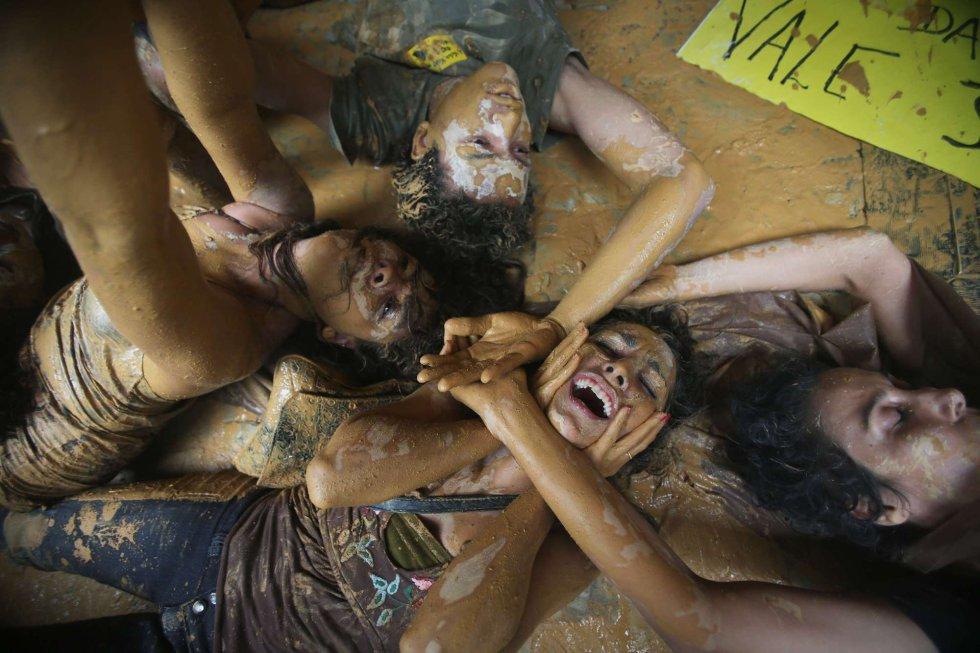 Manifestantes fizeram um protesto simbólico nesta segunda-feira, inundando de barro parte da sede da mineradora Vale, no Rio de Janeiro.