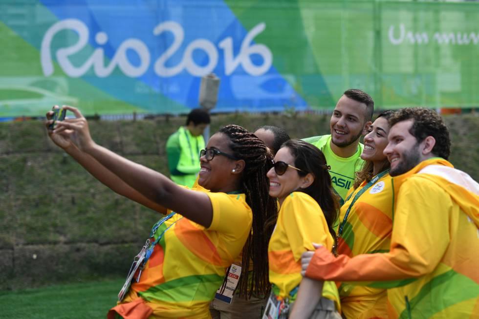 Voluntários fazem uma selfie, neste sábado, no Rio.