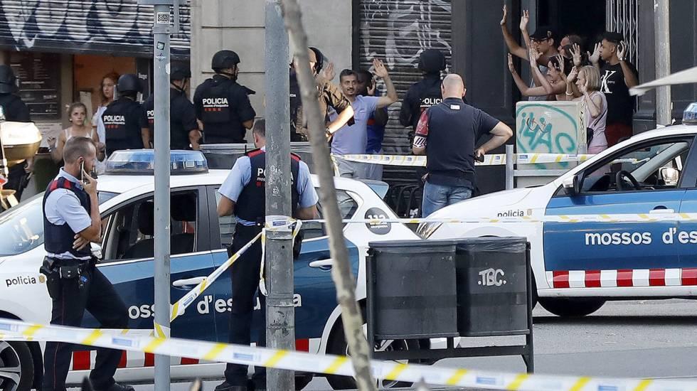 Operação policial no local do atentado de quinta-feira em Barcelona.