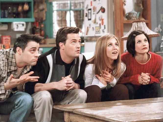 'Friends' é a série cômica definitiva. Divertida, engenhosa, 'cool', geracional, juvenil... Que levante a mão quem não for seguidor dos rapazes e moças da cafeteria Central Perk. E mesmo quem não é fã de carteirinha certamente já deu uma olhada e esboçou um sorriso com alguma trama da sua extensa trajetória (1994-2004). Mas, puxa vida, certamente essa paixão nos impediu de enxergar algumas situações que nos fizeram rolar de rir quando vistas no seu contexto, mas hoje, à distância, desafinam demais. Esta reportagem visual não pretende desmerecer a série, e sim nos fazer refletir e constatar que às vezes a passagem do tempo não cai bem para a ficção televisiva.
