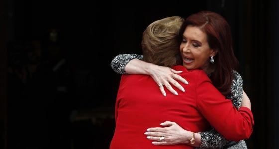 Cristina Kirchner abraça Michelle Bachelet.