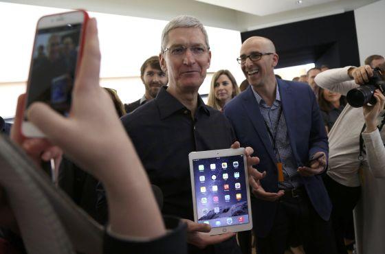 Tim Cook, CEO da Apple, mostra o novo iPad.