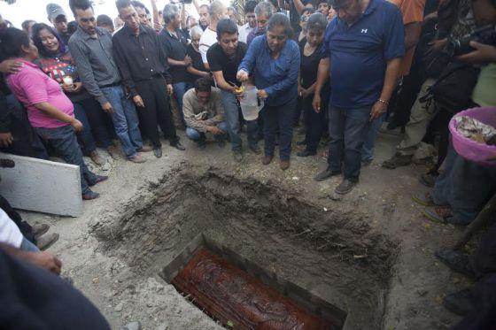 Funeral da prefeita assassinada no México, neste domingo.
