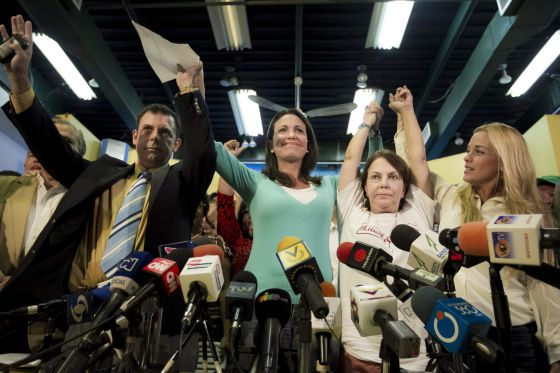 O presidente do partido político Copei, Roberto Enríquez, com María Corina Machado, Mitzy Capriles e Lilian Tintori, na segunda-feira em Caracas.