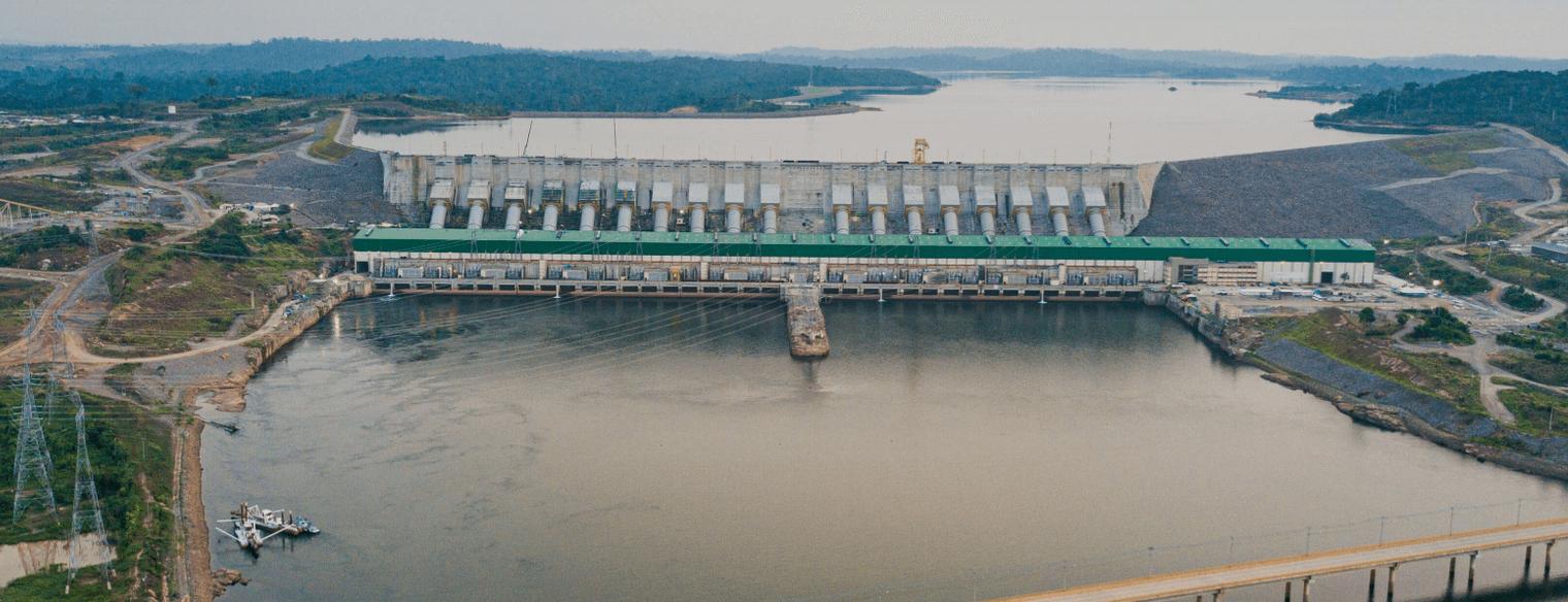 A barragem, chamada de Belo Monstro pelas famílias expulsas de suas casas, terras e ilhas, hoje se impõe na paisagem cortando o Xingu.