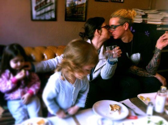 As crianças, Daniela (à esquerda) e Sara (à direita).