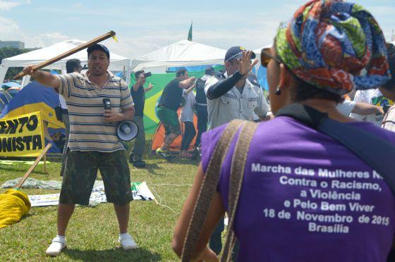 Manifestante a favor do impeachment ameaça mulher que participava de protesto em Brasília.