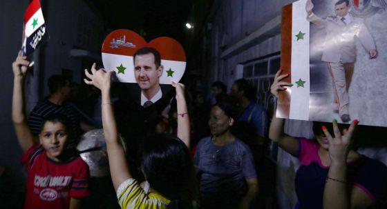 Comemoração em Damasco após a vitória de Assad.