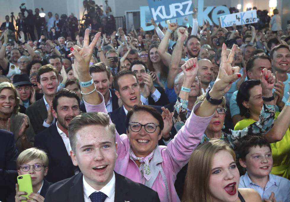 Seguidores de Sebastian Kurz, neste domingo em Viena.