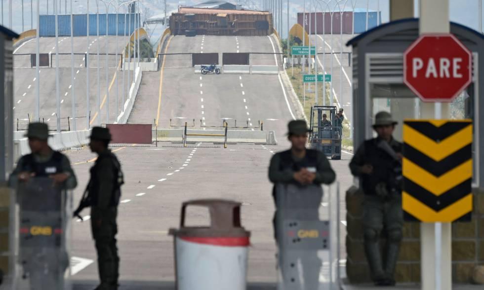 Membros da Guarda Nacional venezuelana na fronteira com a Colômbia