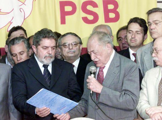 Lula com Miguel Arraes (e Eduardo Campos ao fundo), em um encontro do PSB em Brasília, em 2002.