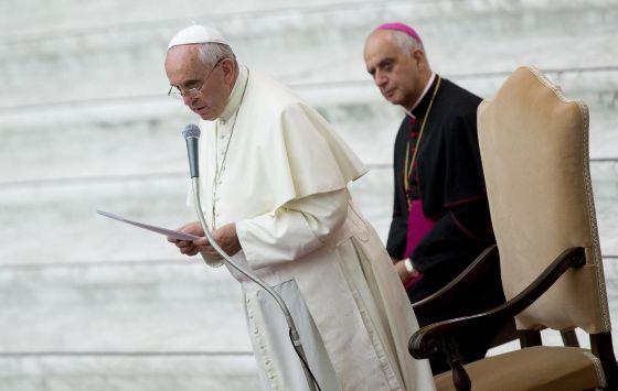 O papa Francisco, na praça de São Pedro, ao lado do presidente do Pontifício Conselho para a Nova Evangelização, o arcebispo Rino Fisichella.