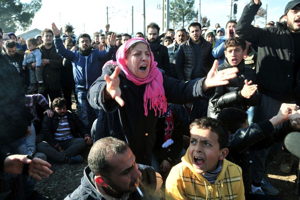 Dezenas de refugiados pedem ajuda na fronteira entre Grécia e Macedônia.