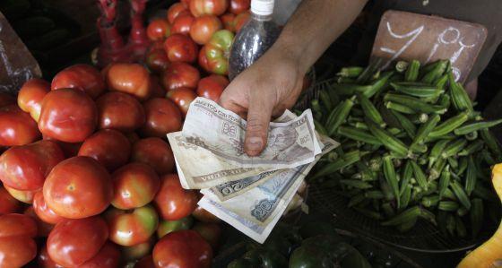 Pesos cubanos em um mercado de Havana.