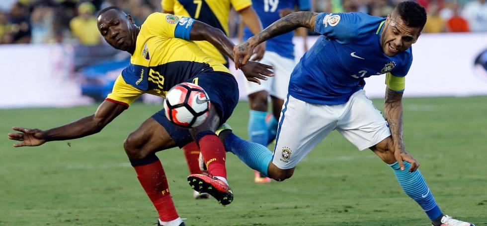 Daniel Alves (dir.) foi capitão do Brasil.