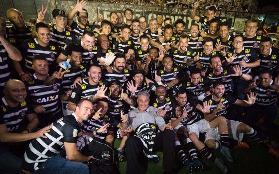 Elenco do Corinthians posa para foto do título.