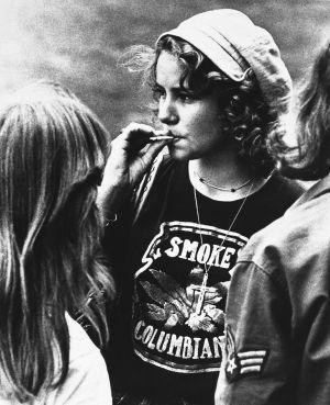Uma mulher fuma maconha na Universidade de Maryland, em 1977.