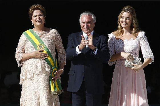 O vice Michel Temer com a mulher, Marcela (d), e a presidenta Dilma (e).