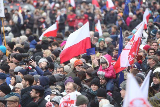 Manifestantes poloneses protestam, em 9 de janeiro, contra a lei de meios aprovada pelo Governo.