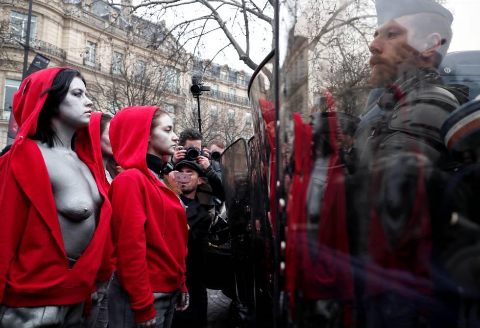 Um grupo de manifestantes fantasiado como símbolo republicano.