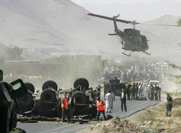 Un helicóptero militar sobrevuela el escenario de un atentado en una carretera al sur de Kabul, en septiembre de 2006.