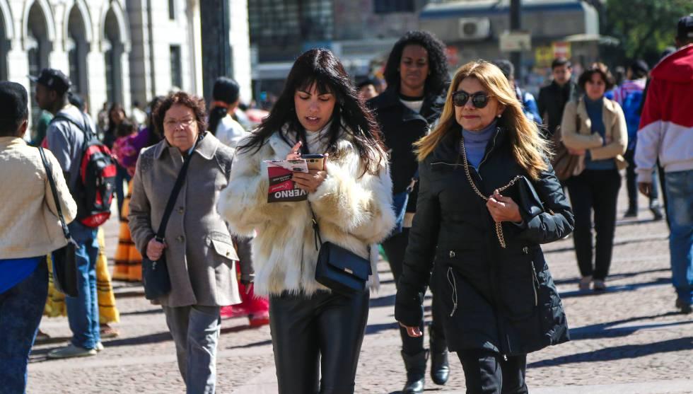 Paulistanos saem com suas roupas de inverno.