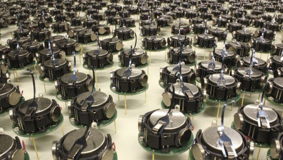 Vários Kilobots, os robôs que se agrupam sozinhos.