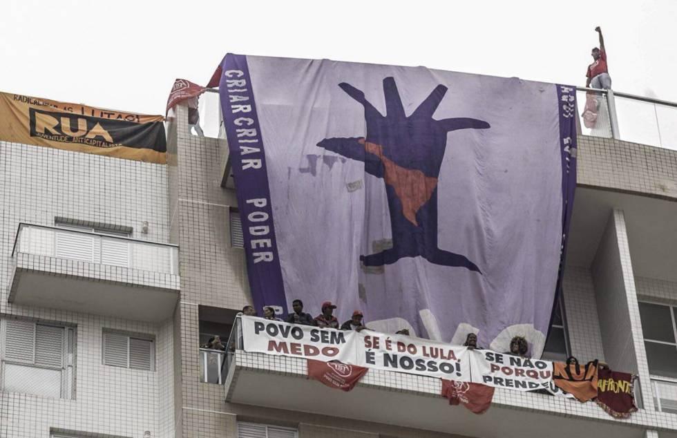 Integrantes do MTST ocuparam o triplex atribuído a Lula na segunda-feira.