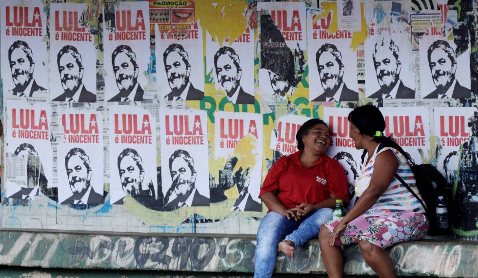 Cartaz em defesa de Lula em Brasília.