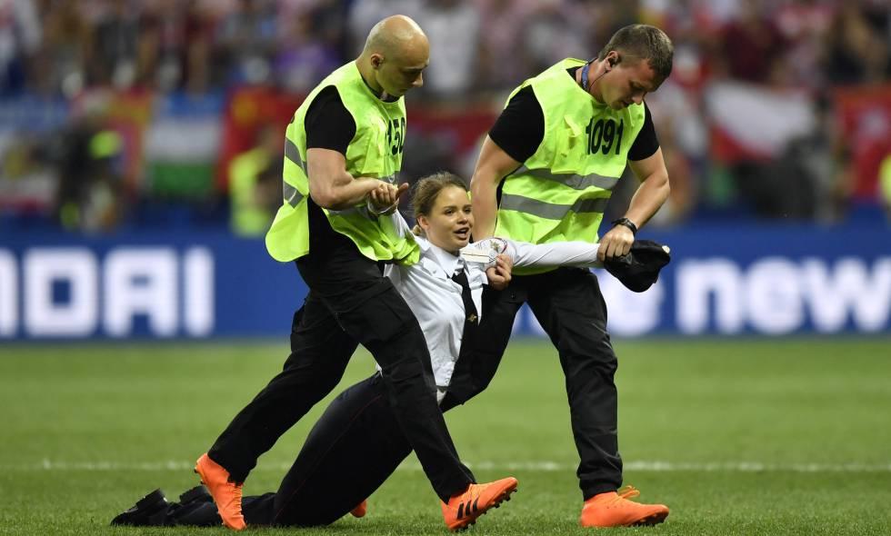 Uma mulher que irrompeu na final da Copa do Mundo é arrastada para fora do campo.