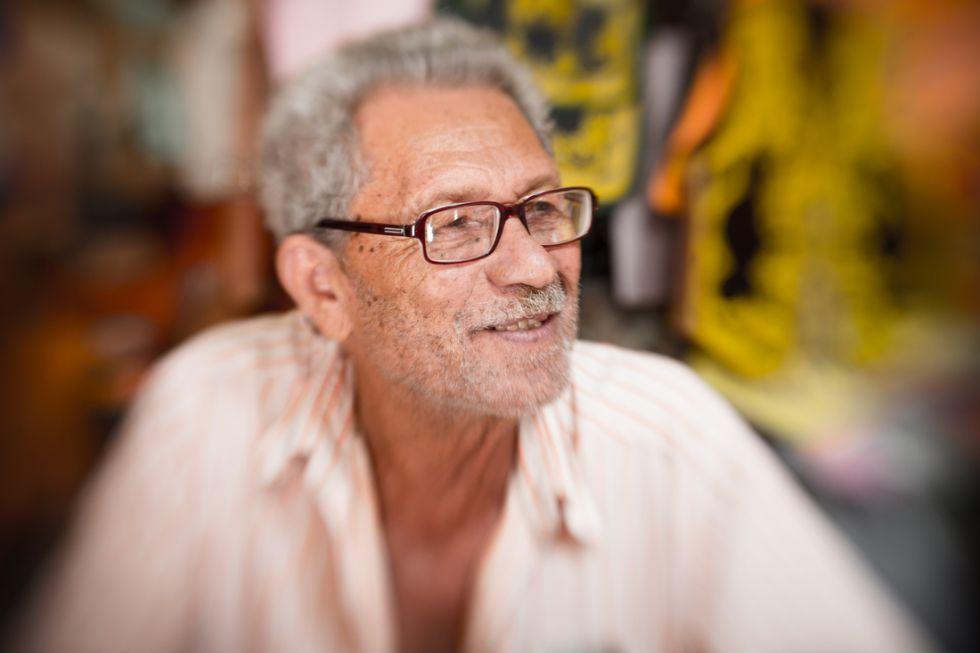 O artesão Espedito Seleiro, 74 anos, que recriou com cores vivas o modelo de sandália usado por Virgulino Ferreira da Silva, o temido rei do cangaço conhecido como Lampião.