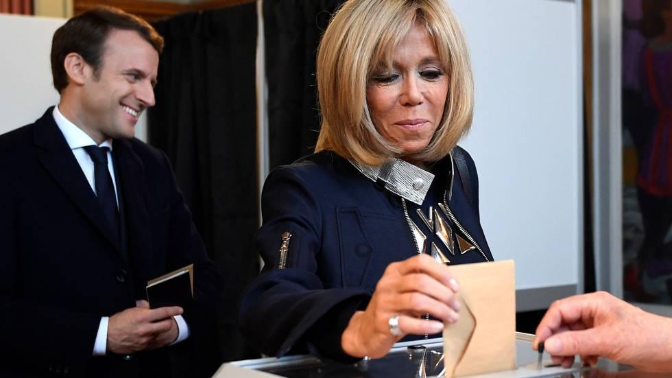 Brigitte Trogneux, mulher de Emmanuel Macron, deposita seu voto no colégio de Lhe Touquet, neste domingo.