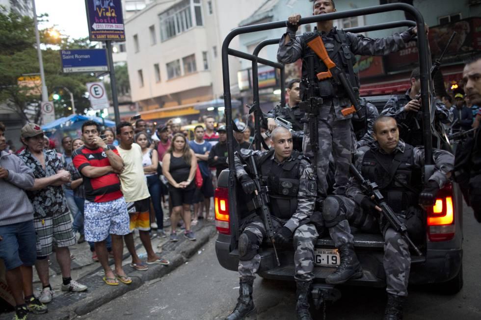 Patrulha da polícia no morro Pavão-Pavãozinho em 10 de outubro, no Rio.