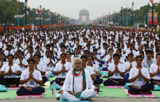 Modi pratica ioga junto a milhares de indianos durante o Dia Internacional da Ioga.