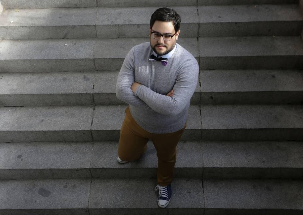 Rafael, de orientação assexual, posa em uma praça de Madri.