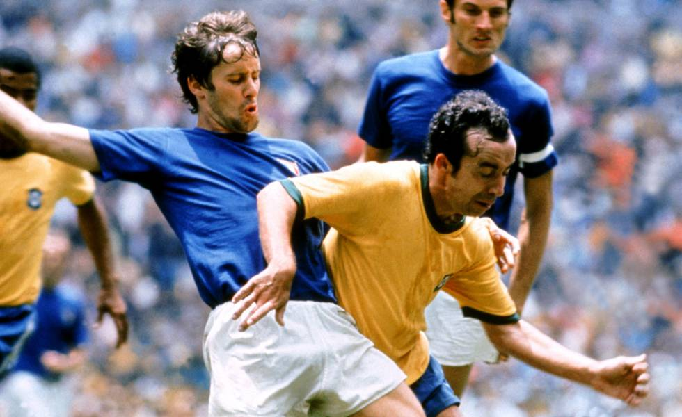 Tostão (direita) disputa bola com o italiano Rosato na final da Copa do Mundo de 1970.