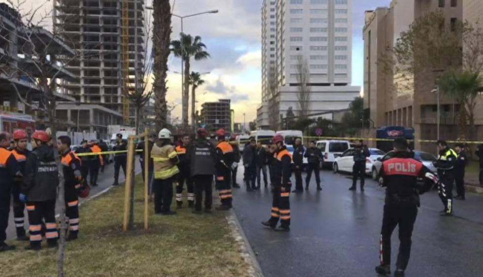 Serviços de emergência trabalham na área do atentado em Izmir.